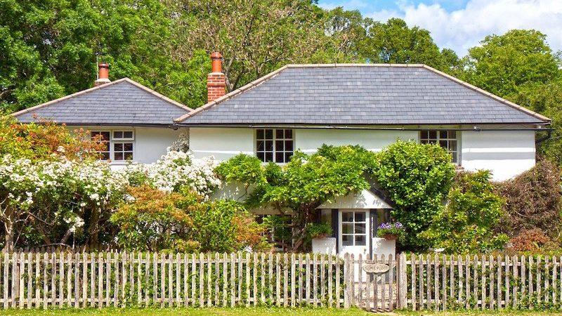 une maison avec une clôture