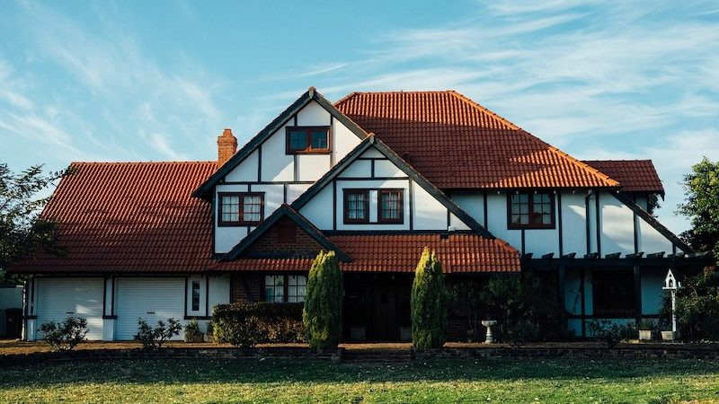 une maison et son terrain
